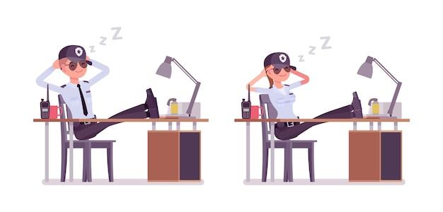 Mannelijke en vrouwelijke bewaker rusten op het werk