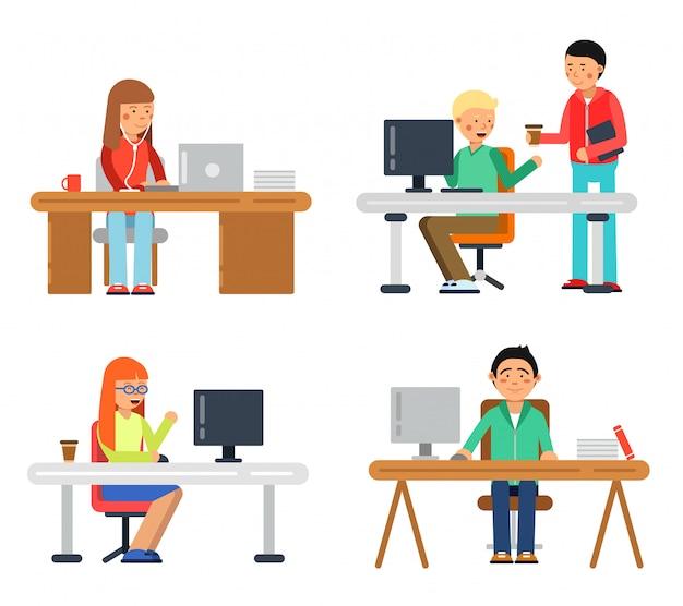 Mannelijke en vrouwelijke freelancers op computerwerkruimte