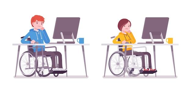 Mannelijke en vrouwelijke jonge rolstoelgebruiker die met computer werkt