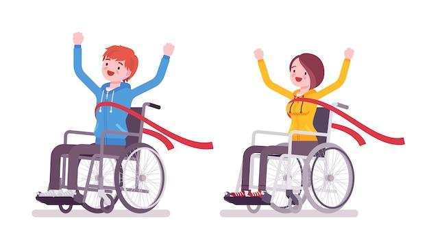 Mannelijke en vrouwelijke jonge rolstoelgebruiker die rode finishlijn kruisen
