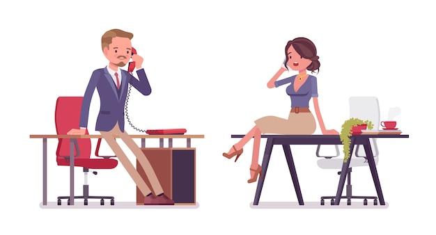 Mannelijke en vrouwelijke kantoor secretaris telefoon praten