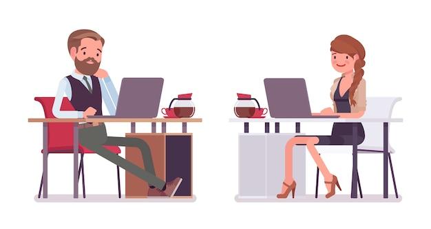 Mannelijke en vrouwelijke kantoor zittend aan een bureau