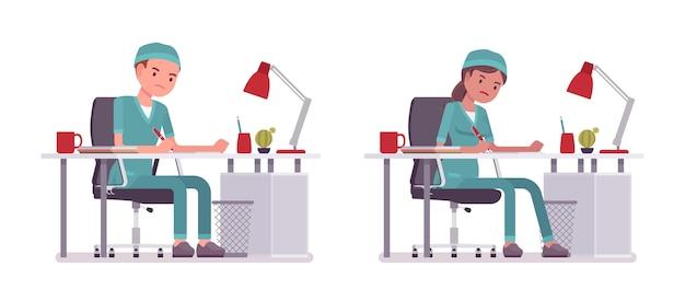 Mannelijke en vrouwelijke verpleegster die administratie doet