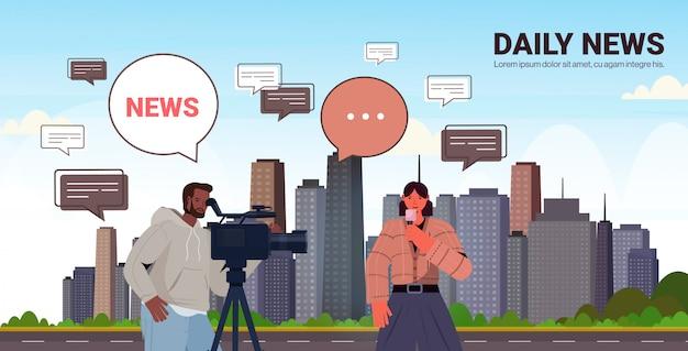 Mannelijke exploitant met vrouwelijke verslaggever die levende nieuwsjournalist en cameraman voorstelt die samen verslag doet film makend conceptencityscape horizontale illustratie van het exemplaar ruimteportret