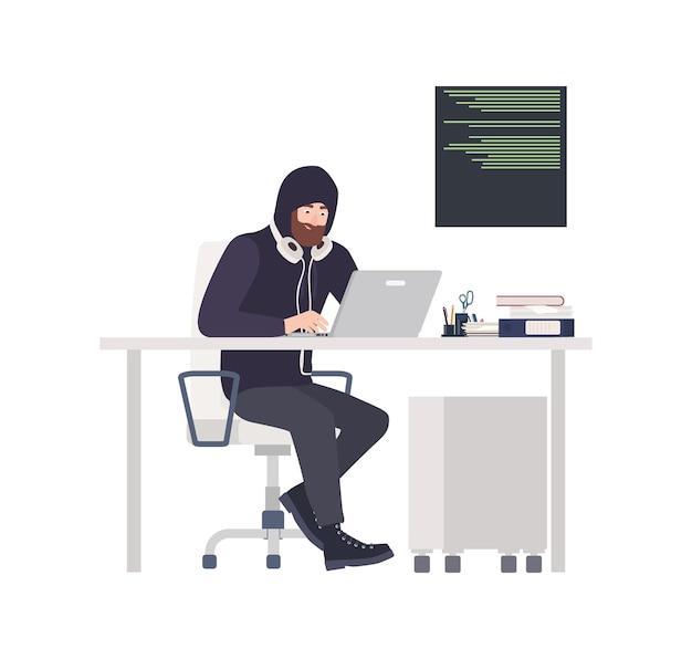 Mannelijke hacker die zwarte kleding draagt, aan bureau zit, computer hackt en persoonlijke gegevens steelt
