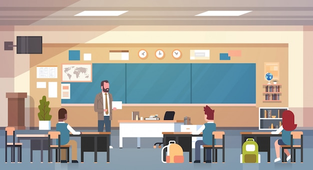 Mannelijke leraar en leerlingen in de klas op les les school klasse