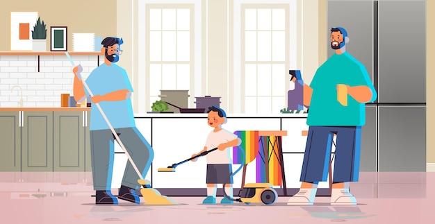 Mannelijke ouders die huis schoonmaken met zoontje homofamilie transgender liefde lgbt-gemeenschapsconcept