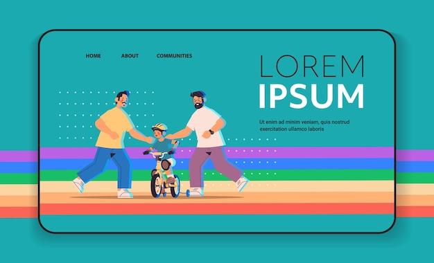 Mannelijke ouders leren zoontje fietsen homo familie transgender liefde lgbt gemeenschap concept volledige lengte horizontale kopie ruimte vectorillustratie