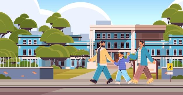 Mannelijke ouders lopen met zoontje homo familie transgender liefde lgbt gemeenschap concept stadsgezicht achtergrond volledige lengte horizontale vectorillustratie