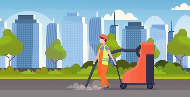 Mannelijke straat conciërge bedrijf industriële stofzuiger man stofzuigen vuilnis straten schoonmaak service concept moderne stadsgezicht achtergrond volledige lengte vlak en horizontaal