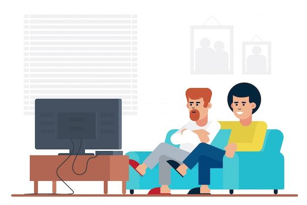 Mannelijke vrienden die op bank zitten en film op tv letten terwijl samen doorbrengend weekend thuis.