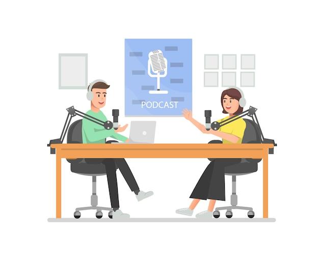 Mannen en vrouwen bespreken op de podcast