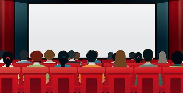 Mannen en vrouwen kijken naar films in bioscopen.