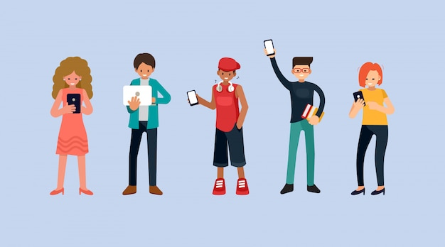 Mannen en vrouwen met smartphones en sms'en, praten, muziek luisteren, groep mannelijke en vrouwelijke stripfiguren met mobiele telefoons en laptop, vlakke afbeelding
