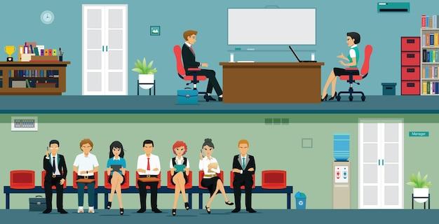 Mannen en vrouwen wachten op sollicitatiegesprekken van hun baas