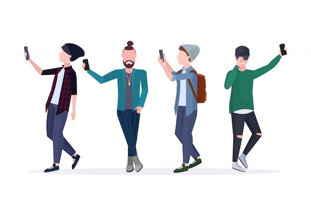 Mannen selfie foto nemen op smartphone camera casual mannelijke stripfiguren bij elkaar staan in verschillende poses witte achtergrond volledige lengte horizontaal