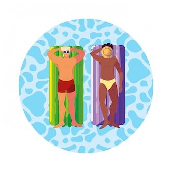 Mannen tussen verschillende rassen met zwempak en vlottermatras in water