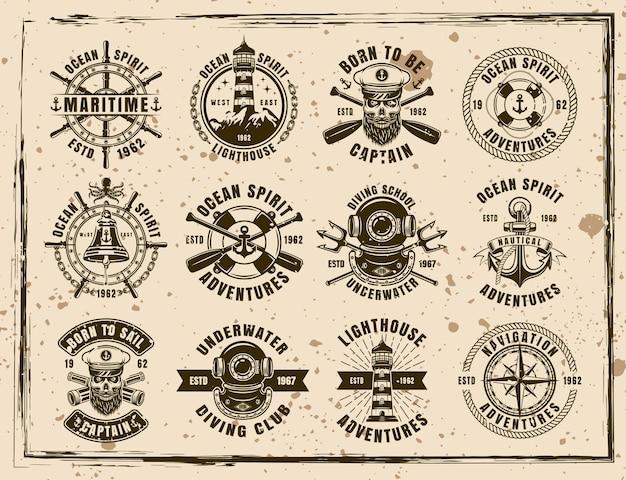 Maritieme set van twaalf vector emblemen, etiketten, insignes en prints in vintage stijl op vuile achtergrond met vlekken en grunge texturen