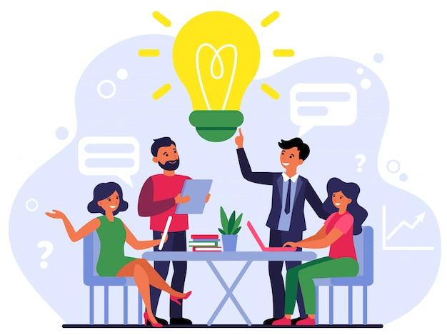 Medewerkers van het bedrijf delen gedachten en ideeën