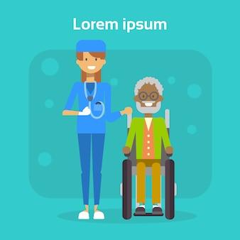 Medische arts met senior man op rolstoel happy african american old man handicap smiling zitten op rolstoel handicap concept