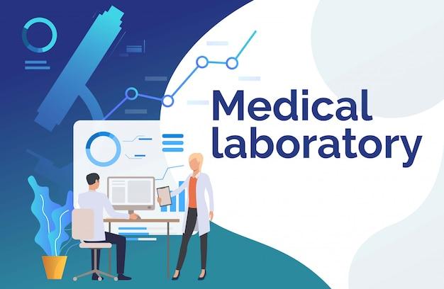 Medische werknemers die gegevens over monitor onderzoeken