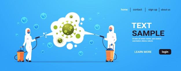 Medische wetenschappers in hazmat pakken reinigen en desinfecteren coronavirus cellen epidemie virus concept wuhan pandemie gezondheidsrisico volledige lengte horizontaal