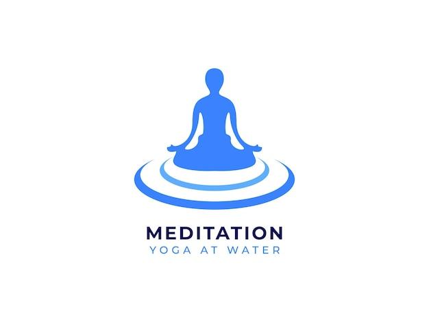 Meditatie yoga bij water logo ontwerpconcept
