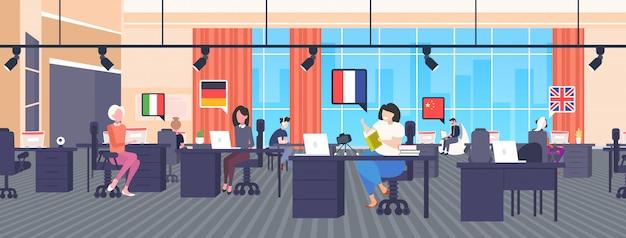 Meertalige vertalers met behulp van woordenboek woordenschat chat bubble communicatie sociale media netwerk blogging concept moderne kantoor interieur horizontale volledige lengte