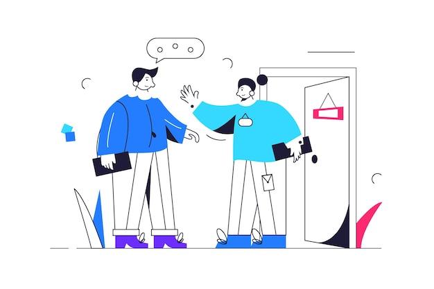 Meisje assistent ontmoet cliënt voor de ingang van het kantoor, open deur