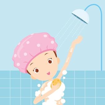 Meisje dat een douchemuts draagt die een bad neemt