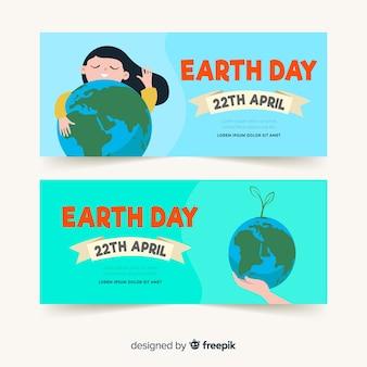 Meisje die de dagbanner van de aarde van de planeetmoeder koesteren