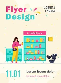 Meisje eco schoonheidsproducten kiezen in cosmetica winkel, permanent bij geval met crèmes en lotions en shampoofles flyer-sjabloon nemen
