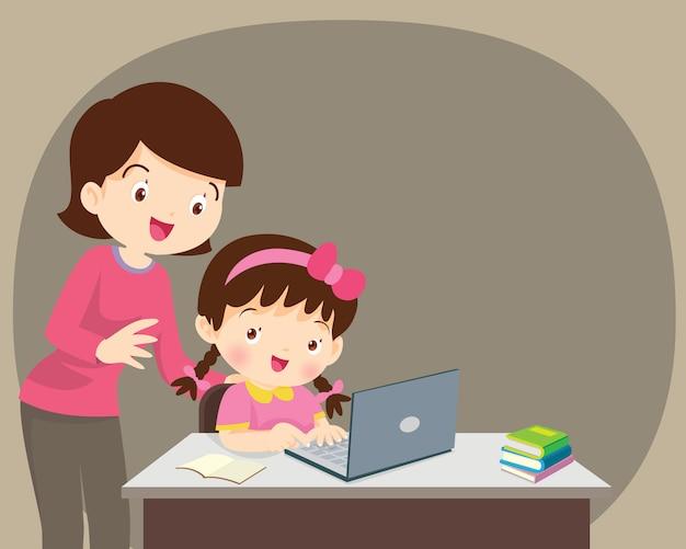 Meisje en moeder zitten met laptop