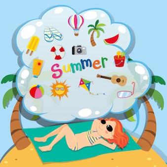 Meisje in bikini die op het strand zonnebaadt