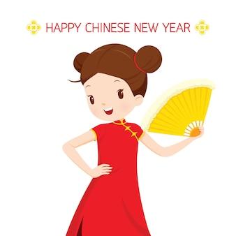Meisje in cheongsam met ventilator, traditionele viering, china, gelukkig chinees nieuwjaar
