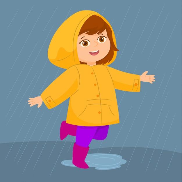 Meisje in een gele regenjas en rubberen laarzen speelt in de regen