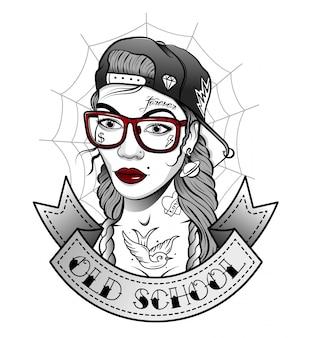 Meisje in een pet met tatoeages in de oude stijl