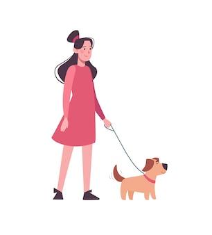 Meisje in roze jurk wandelen met grappige hond