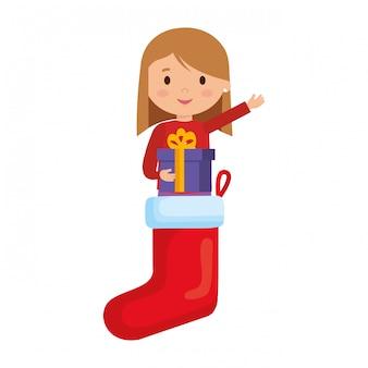 Meisje in sokken met winterkleren en cadeau