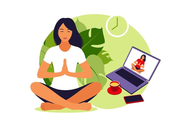 Meisje kijken naar online lessen op laptop, yoga, meditatie beoefenen. meditatieconcept, ontspanning, recreatie, gezonde levensstijl, yoga. vrouw in lotus houding.