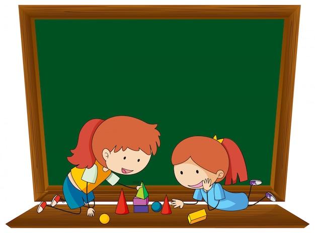 Meisje leunend meetkunde op schoolbordsjabloon