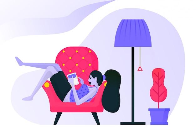 Meisje liggend op de bank tijdens het lezen van een boek