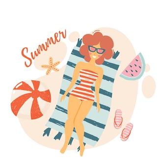 Meisje ligt op het strand ontspannen in badplaats. set strand schattige elementen zwembroek, hoed, slippers, zonnebril, strandlaken. platte vectorillustratie