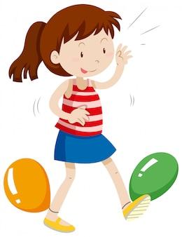 Meisje met ballonnen vastgebonden op haar benen