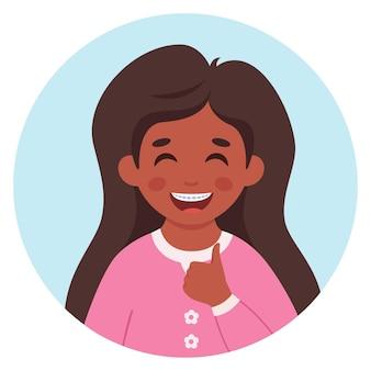 Meisje met beugels op tanden klein meisje portret in cirkelvormig frame