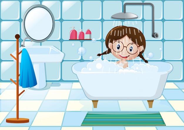 Meisje met douche in de badkamer