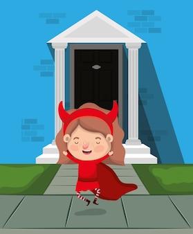 Meisje met duivelskostuum binnenshuis karakter