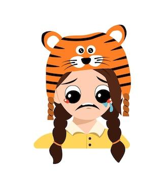 Meisje met grote ogen en depressieve emotie huilen tranen gezicht in tijger hoed schattige jongen met droevig gezicht in een...