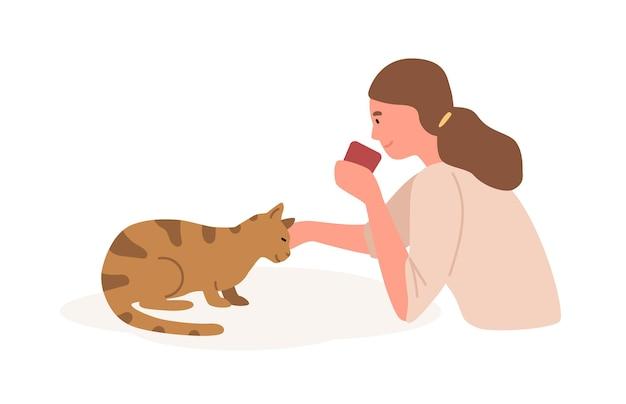 Meisje met kat platte vectorillustratie. dierenverzorging, spelen met kat. thuis vrije tijd, recreatie, ontspanning, stress relief concept. jonge vrouwelijke kinderboerderij binnenlandse kitten stripfiguur.