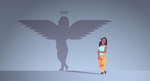 Meisje met schaduw van engel